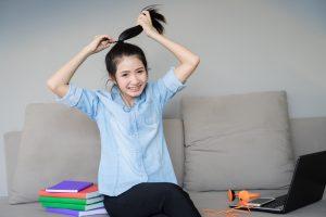 girl using elastic hair tie